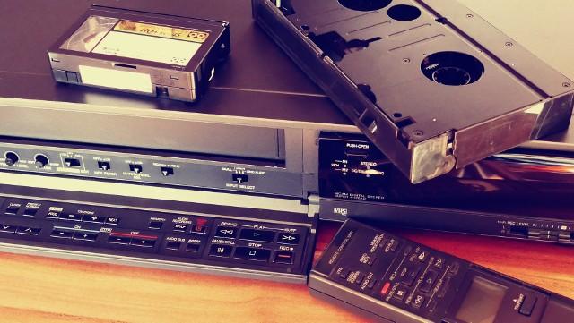 """Era kaset VHS to wyjątkowy czas dla kina, który widzowie wspominają z wielkim sentymentem. Wszystko to za sprawą filmów określanych dzisiaj mianem """"kultowych"""", czy """"ponadczasowych"""". Polacy na VHS oglądali największe hity amerykańskiego kina, które zyskało nowe oblicze za sprawą gatunków akcji, Sci-Fi oraz nowej przygody. Sprawdź listę 13 kultowych filmów sprzed lat, które były popularne w erze VHS. >>>"""