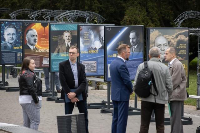 W piątek o godz. 11 na Placu Teatralnym została otwarta wystawa o naukowcach światowego formatu wywodzących się z Bydgoszczy i regionu. Będzie ją można oglądać do początku października.