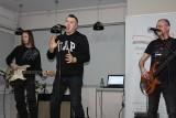 Wiersze na ulicach Inowrocławia i muzycka rockowa w saloniku biblioteki. Na Światowy Dzień Poezji [zdjęcia]