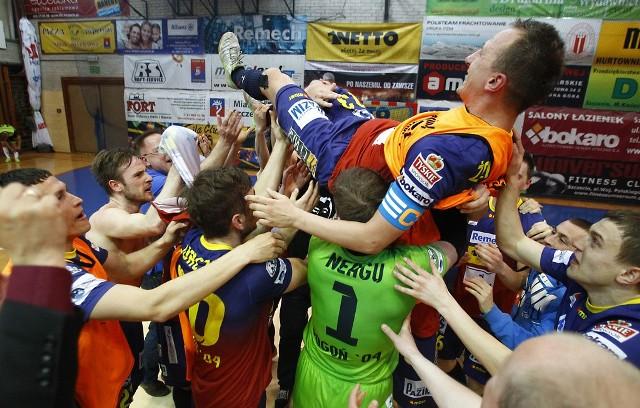 Radość futsalistów Pogoni' 04 Szczecin po wywalczeniu srebrnego medalu w tym sezonie ekstraklasy. Podrzucany przez kolegów jest Łukasz Żebrowski.