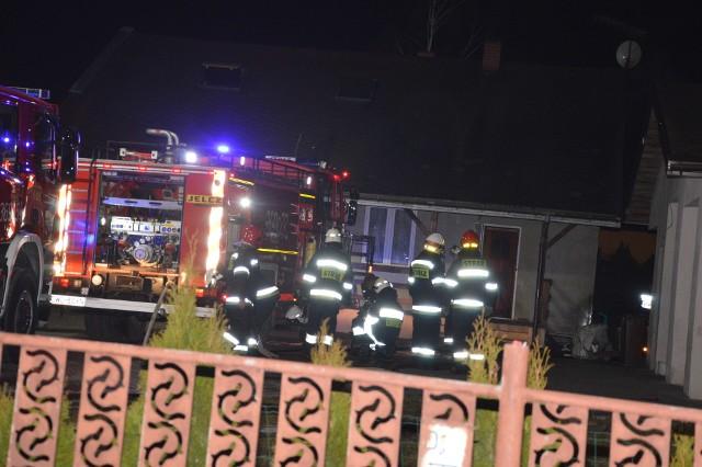 Pali się na poddaszu w budynku jednorodzinnym przy ul. Szkolnej w miejscowości Wieniec. Na miejscu są trzy zastępy straży pożarnej, trwa przeszukiwanie pomieszczeń.- Nie ma osób poszkodowanych - uspokaja dyżurny z Wojewódzkiego Stanowiska Koordynacji Ratownictwa PSP w Toruniu.  Strażacy zostali zaalarmowani o godz. 18.55. Wciąż trwa akcja gaszenia pożaru na poddaszu domu. INFO Z POLSKI odc.25- przegląd najciekawszych informacji ostatnich dni w kraju.