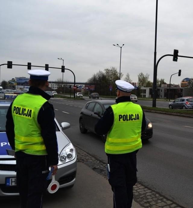 Funkcjonariusze z drogówki z Komendy Powiatowej Policji w Krakowie cyklicznie prowadzą kontrole prędkości, a przy okazji sprawdzają trzeźwość kierujących