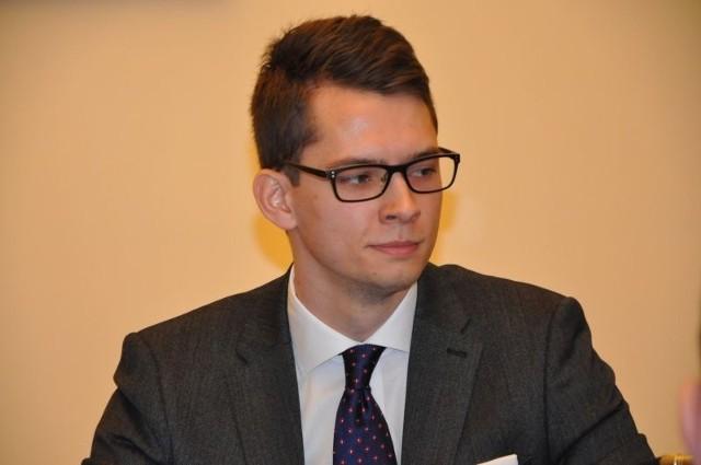 Tomasz Przytuła był rzecznikiem prasowym Ratusza od marca 2019 roku. Po niespełna czterech miesiącach trafił do Wydziału Nadzoru Właścicielskiego.