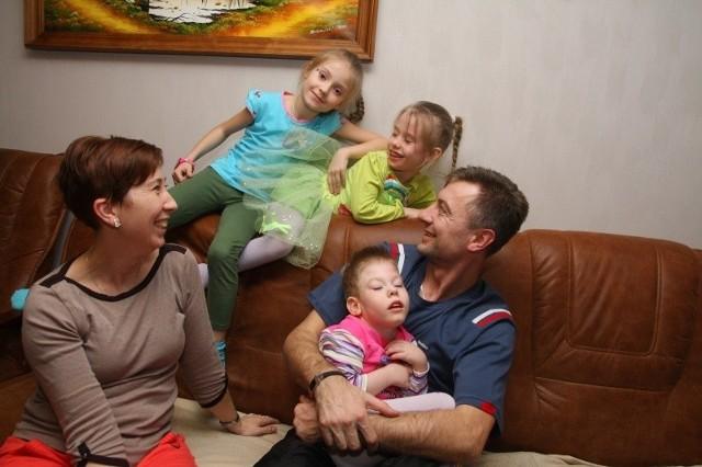 Państwo Rudniccy mają nadzieję, że z pomocą ludzi dobrej woli Lidka (na zdjęciu druga z prawej, obok jej starsza siostra Julia) odzyska sprawność. Na kanapie siedzą: mama i tata  z Natalią.