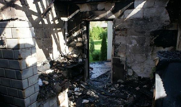Pożar niemal doszczętnie zniszczył część mieszkalną budynku