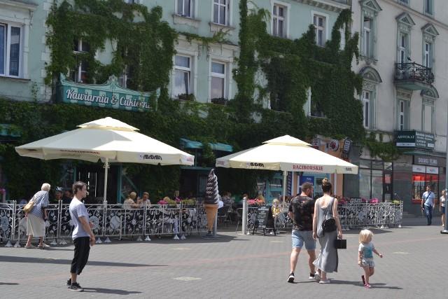 W Sosnowcu znajdziemy wiele lodziarni, które oferują pyszne lody. Mieszkańcy Sosnowca wskazali miejsca, w których lody smakują im najlepiej. Sprawdźcie. Zobacz kolejne zdjęcia. Przesuń zdjęcie w prawo - wciśnij strzałkę lub przycisk NASTĘPNE