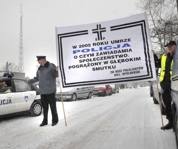 - Niech świat się dowie, że polska policja umiera - wyjaśnia aspirant sztabowy Ignacy Krasicki, przewodniczący ZW NSZZ Policjantów w Opolu (z lewej). Obok stoi Artur Kuś.
