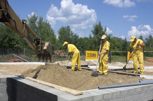 Budowa domu - roboyty fundamentoweOd dokładności wykonania fundamentów zależy trwałość i bezpieczeństwo konstrukcji domu.