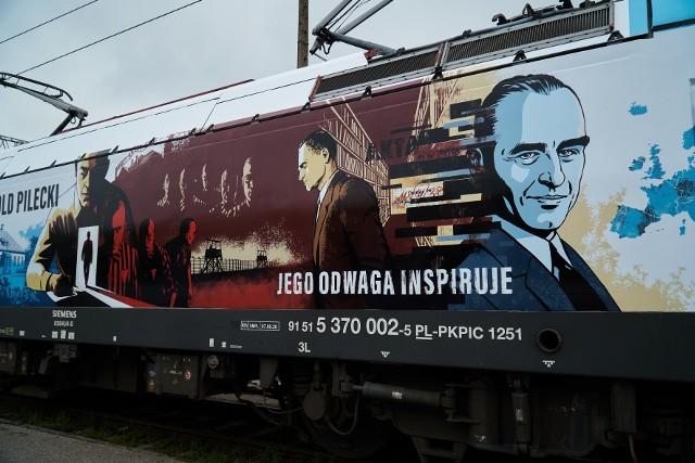 Rotmistrza Pileckiego upamiętniono na grafice zamieszczonej na lokomotywie.