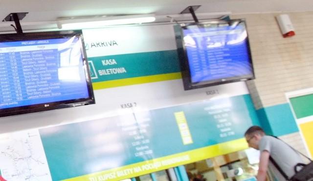 Nad kasą zamontowano monitory z listą pociągów przyjeżdżających i odjeżdżających z Grudziądza.
