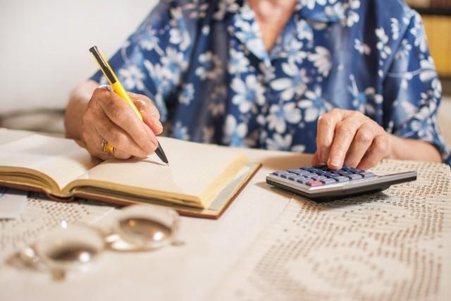 Emerytury w 2022 roku będą jeszcze wyższe? Jak poinformował Narodowy Bank Polski, Rada Polityki Pieniężnej przygotowała prognozy przyszłorocznej waloryzacji emerytur i rent. Wyniesie ona więcej, niż wcześniej zakładano, bo przekroczy 4 procent. Sprawdź w dalszej części galerii, ile wyniesie Twoja emerytura.W wyliczeniach wskaźników waloryzacji wzięto pod uwagę najniższą i najwyższą prognozowaną przez NBP i RPP inflację za rok 2021 oraz realny wzrost cen. Według najnowszych wyliczeń przyszłoroczna waloryzacja wyniesie od 4,14 do 4,74 proc. Ile zatem zyskają seniorzy?Minimalna emerytura, która wynosi dziś 1250,88 zł brutto, wrośnie do 1303-1310 zł. W przypadku średniej emerytury t. j. 2500 zł świadczeniobiorcy mogą liczyć na podwyżkę do 2603-2618 zł. Generalnie zyskają zarówno seniorzy otrzymujący niskie emerytury, jak i ci, których świadczenia są bardzo wysokie.O ile wzrosną emerytury w 2022 roku? W galerii prezentujemy prognozowane stawki obliczone według nowych wskaźników waloryzacji t .j. 4,14% i 4,74%.Czytaj dalej. Przesuwaj zdjęcia w prawo - naciśnij strzałkę lub przycisk NASTĘPNEPOLECAMY TAKŻE: Tak podwyższysz swoją emeryturę! Nawet o 1162 zł rocznie więcej!Podwyższenie wieku emerytalnego. Od kiedy? Oto plany rządu