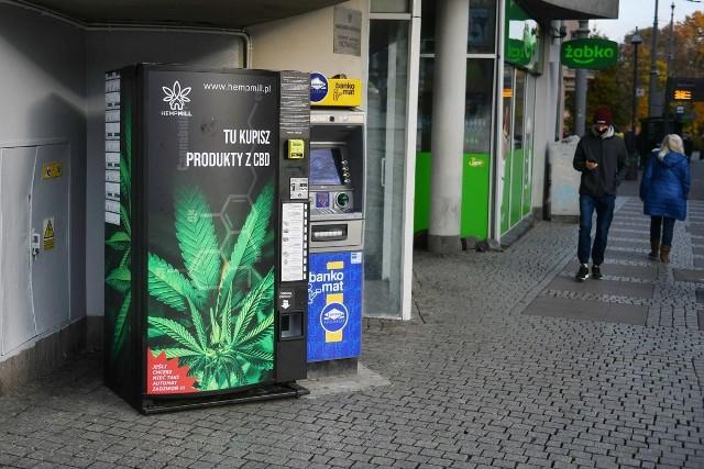 Przy ul. Sokoła, Murawa i na rogu ulicy Szkolnej w Poznaniu stanęły w ostatnich dniach z produktami konopnymi. Widnieje na nich charakterystyczny liść kojarzący się z marihuaną.