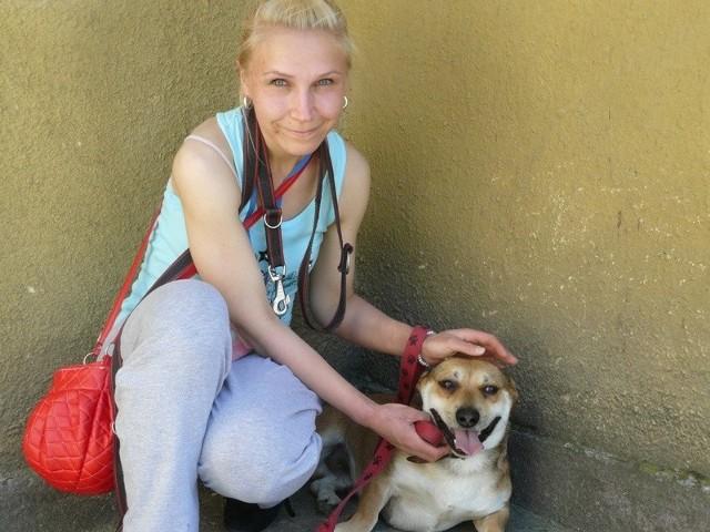 """Paulina Sobkowiak jest wolontariuszkom w schronisku dla bezdomnych zwierzą. W przemarszu prezentowała """"Glena"""". Uroczego psiaka, którego już dzisiaj możecie zaadoptować."""