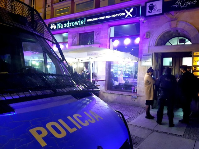 W nocy z soboty na niedzielę policja weszła do nocnych klubów we Wrocławiu, Warszawie i Krakowie.