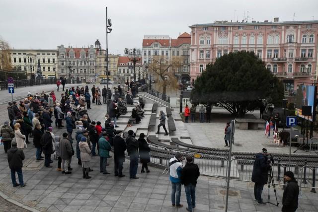 Przy spichrzach na ulicy Mostowej zebrali się mieszkańcy Bydgoszczy.
