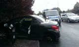 Wypadek na al. Jana Pawła II. Auto, w którym urwało się koło, uderzyło w drzewo