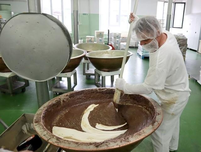 Aromat słodkiej, ciepłej chałwy sezamków niemal przez całą dobę unosi się nad Starym Polesiem w rejonie ulic A. Struga i Żeligowskiego. Od ponad 70 lat chłoną go okoliczni mieszkańcy i łodzianie, którzy akurat zapuścili się w te rejony. Trudno się dziwić w ciągu jednego dnia produkuje się tutaj aż 500 kilogramów chałwy na potrzeby polskich miłośników słodyczy, za to sezamków wysyłanych głównie na eksport produkuje się 27 ton.ZOBACZ ZDJĘCIA, CZYTAJ WIĘCEJ