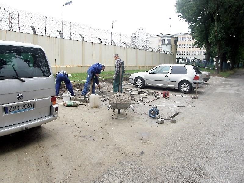 Uczestnicy kursu brukarstwa rozbudowali parking przed aresztem