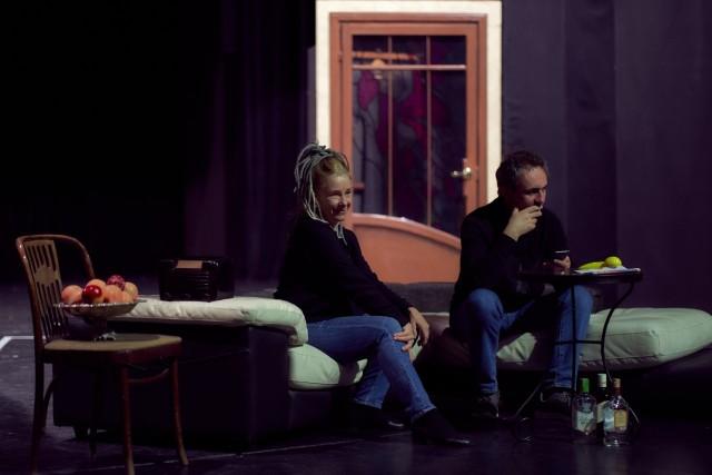 """Pomimo trudnej pandemicznej sytuacji, w Teatrze Powszechnym trwają próby do najnowszej sztuki, """"Pomoc domowa"""", której premiera zaplanowana jest na 31 grudnia."""