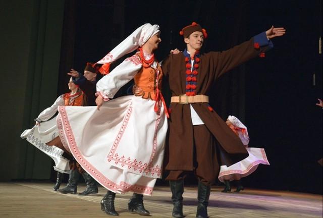 """Zespół Pieśni i Tańca """"Lasowiacy"""" wykonujący suitę lasowiacką w ludowych strojach, w jakich ubierał się lasowiacki lud"""