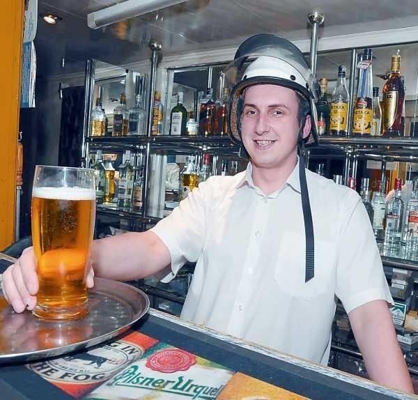 Łukasz Krupowies, barman restauracji Night Club w Kędzierzynie-Koźlu.