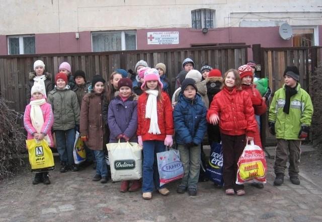 Uczniowie klasy 3 b z darami przed Domem Interwencji Kryzysowej.