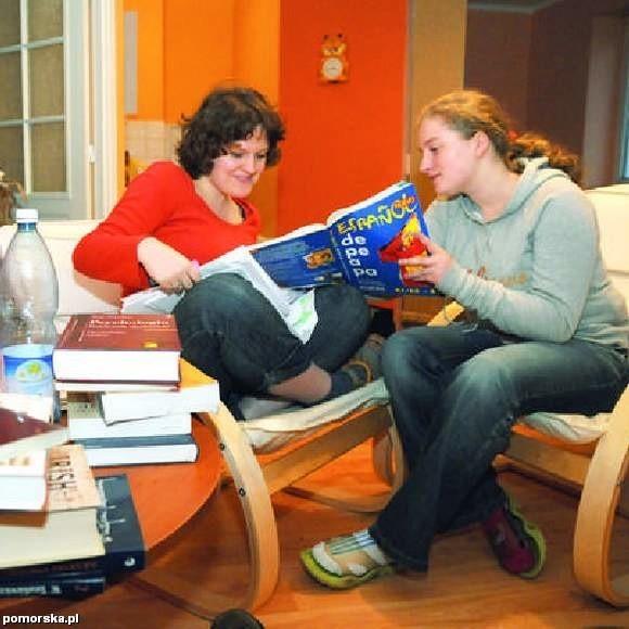 Ania Paczoska i Ania Gruba - studentki z Torunia przyznają, że nie uczą się systematycznie. Ania Gruba mówi: - Wrogiem nauki jest telewizja i Internet. (fot. Lech Kamiński)