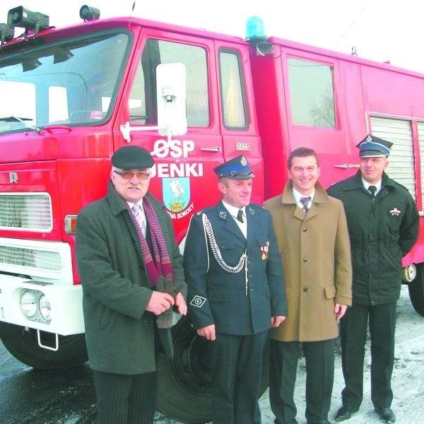 Średni bojowy wóz strażacki dotychczas należał do OSP w Bruszewie. Teraz w akcjach ratowniczych będą go używać strażacy ze wsi Jeńki