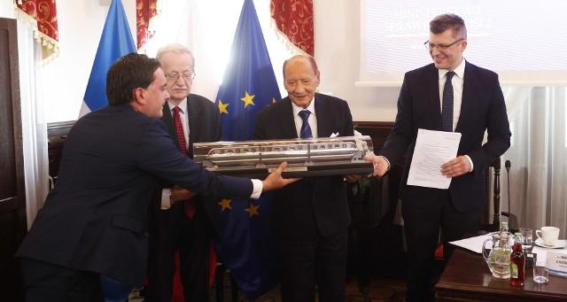 Rzeszów jest coraz bliżej budowy kolejki nadziemnej. Marcin Warchoł, wiceminister sprawiedliwości, zapowiedział dziś w ratuszu, że złoży projekt zmiany ustawy o transporcie kolejowym. A Tadeusza Ferenca nazwał wizjonerem.