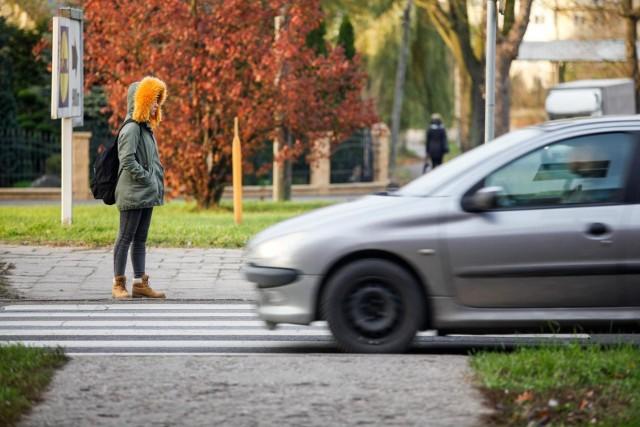 W ciągu najbliższych kilku miesięcy mogą wejść w życie nowe przepisy, dotyczące poruszania się na przejściach dla pieszych. Do nowości będą musieli przyzwyczaić się sami piesi, jak i kierowcy. Co się zmieni? Poznaj nowe zasady!Szczegóły sprawdzisz na kolejnych stronach --->