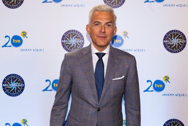 Teleturniej Milionerzy emitowany jest na antenie TVN od poniedziałku do czwartku. Prowadzącym program jest Hubert Urbański (na zdjęciu)