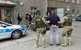 Akcja opolskiej policji i CBŚ przeciw kibolom. Zatrzymanych 10 osób, śledczy zabezpieczyli kilka kilogramów narkotyków