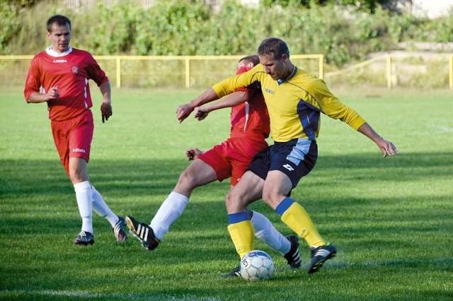 Piłkarze Gryfa Gródek (czerwone stroje) nie mogą odnaleźć formy z poprzednich rozgrywek