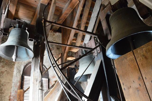 """Jakie dzwony biją  kościele świętej Katarzyny? Na stronie internetowej urzędu miejskiego w Bytowie i w kilku publikacjach można przeczytać, że pruskie z 1820 i 1821 roku. Szkopuł w tym, że pruskich dzwonów nie ma! Są inne - trzy i pochodzą z 1978 roku! Gdzie są """"Luise"""" i """"Charlotte""""?"""