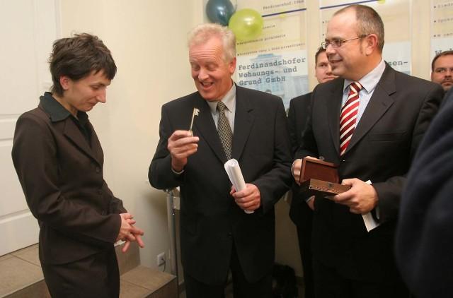 Magdalena Pysz, koordynatorka projektu odebrała wczoraj klucze do Biura Sąsiedzkiego z rąk Volkera Boehninga, starosty powiatu Uecker-Randow.