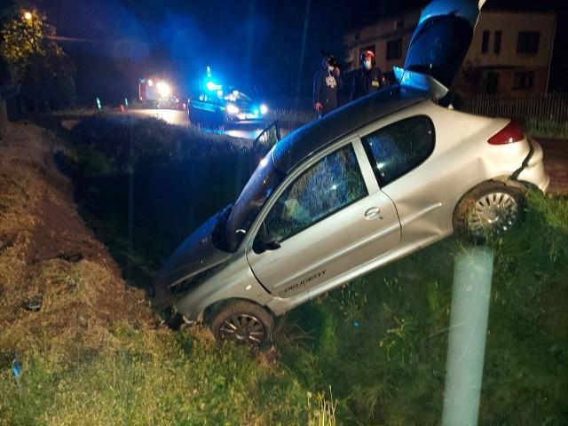 W samochodzie jechały trzy osoby. Wszyscy z nich byli pod wpływem alkoholu. Kierowca miał 2,6 promila