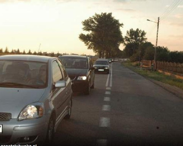 W niedzielę, by dostać się do Głogowa ze Sławy, trzeba było odstać w kilkukilometrowej kolejce aut. Ciągnęła się aż od Sobczyc.