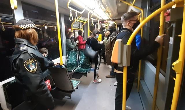 Poznańscy strażnicy miejscy sprawdzają pasażerów, jeżdżących tramwajami i autobusami MPK, a także tych oczekujących na przystankach, czy noszą maseczki. Zobacz więcej --->