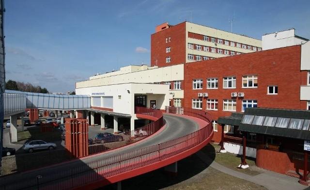 Dyrektor ekonomiczny szpitala w Grudziądzu zachowa swoje stanowisko, choć ma zarzuty karne.  - To jeszcze nie oznacza, że jest winny - broni swego pracownika Maciej Hoppe, dyrektor szpitala w Grudziądzu.