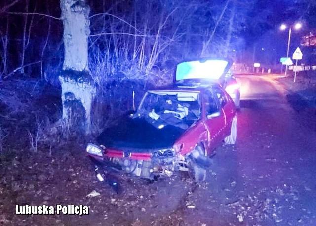 Wypadek w Krośnie Odrzańskim. 23-latek uderzył w drzewo