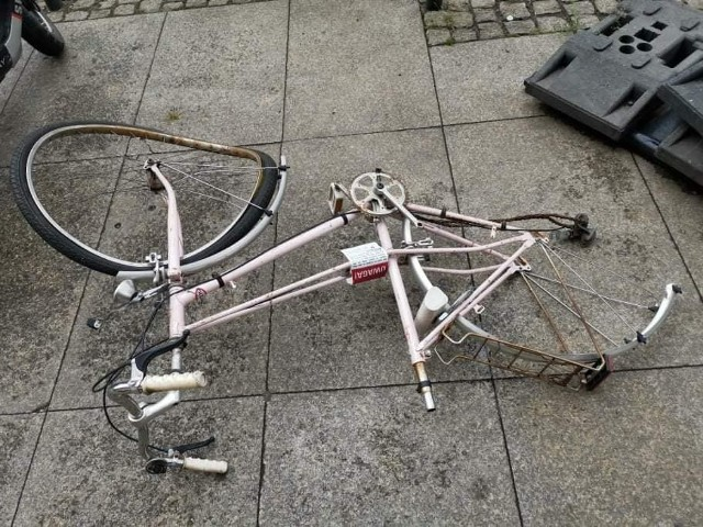Na polecenie strażników miejskich wywieziono rowerowe wraki