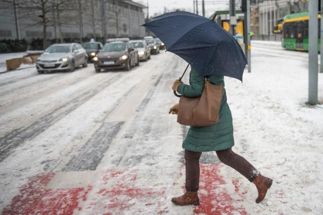 Czeka nas załamanie pogody. Część synoptyków przewiduje wichury – wiatr ma wiać z prędkością do 100 km/h. Przed nami opady śniegu i marznącego deszczu ze śniegiem, lokalnie możliwe burze.