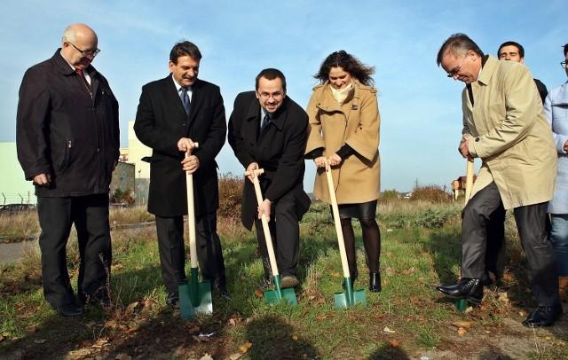 Pomorscy posłowie PiS obiecują rozpoczęcie budowy OPAT. Na ul. Morską w Gdyni, gdzie ma się rozpoczynać obwodnica, przynieśli łopaty