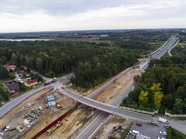 Mija kolejny miesiąc budowy ekspresowej trasy numer 7, którą od obwodnicy Grójca pojedziemy najpierw do Tarczyna, a później do samej Warszawy. Czytaj dalej klikając w zdjęcia >>>