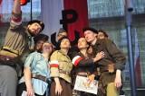 Kraków. Lekcja śpiewania na Małym Rynku. Tłumy krakowian zaśpiewały w hołdzie powstańcom [ZDJĘCIA]