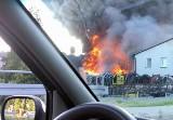 Potężny pożar w Jasienicy. Są ranni. Spłonął magazyn części samochodowych