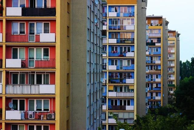 Mieszkanie w bloku to wygoda, ale też pewne ograniczenia. Musimy dostosować nasze zachowania do sąsiadów, którzy źle traktowani mogą uprzykrzyć życie. A jakich zachowań powinniśmy unikać, gdy mieszkamy w bloku? Czego nie możemy robić w mieszkaniu i obszarach wspólnych? Sprawdźcie. Szczegóły na kolejnych zdjęciach >>>>