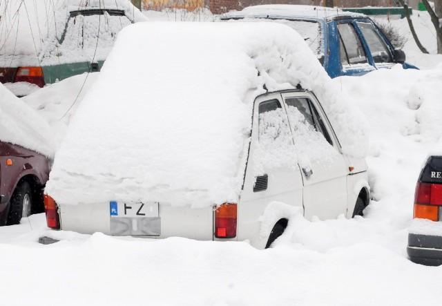 """Zasypane auta, wielkie zaspy śniegu, odśnieżarki na drogach. Pamiętacie takie sytuacje? Nie trwały kilka dni, a znacznie dłużej. Kiedyś to były zimy. Na brak śniegu nie narzekaliśmy. Chociażby w 2010 roku. Aż trudno uwierzyć, że właśnie tak wtedy prezentowała się Zielona Góra. Mało kto już to pamięta. Teraz? Pomimo mrozu, śniegu jak na lekarstwo. Od kilku lat ludzie powtarzają: """"żeby chociaż dzieci na feriach śnieg miały"""". A tu niestety. Pogoda nie wysłuchuje naszych próśb. Przypomnijmy sobie, jak to było te kilka lat temu.POLECAMY ARCHIWALNE ZDJĘCIA ZIELONEJ GÓRY"""