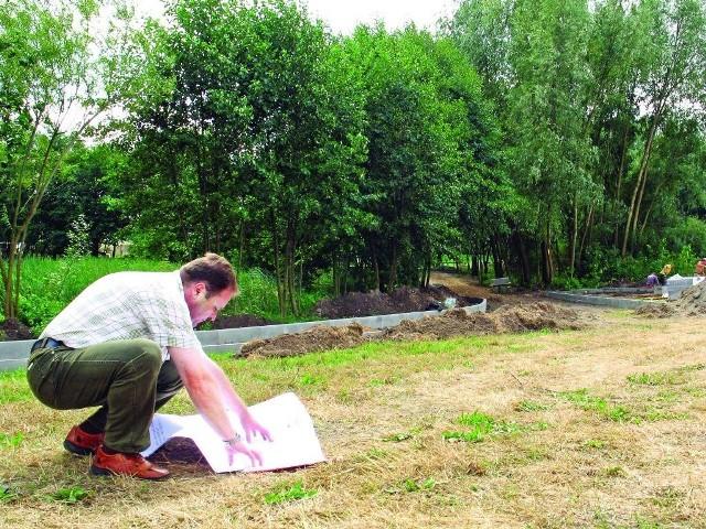 Tu na razie jest plac budowy. Inspektor Maciej Kaniewski pokazuje plan, jak będzie wyglądał teren wokół stawu.