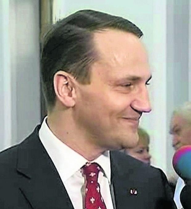 Grzegorz Załuski: Minister chce być prawdziwym dyplomatą i rzeczywiście nim jest. Rzeczywiście, nie należy mu odbierać sprawności, bo jako polityk jest niezwykle sprawny. Ale w tym przypadku jego uśmiech jest ewidentnie nieprawdziwy